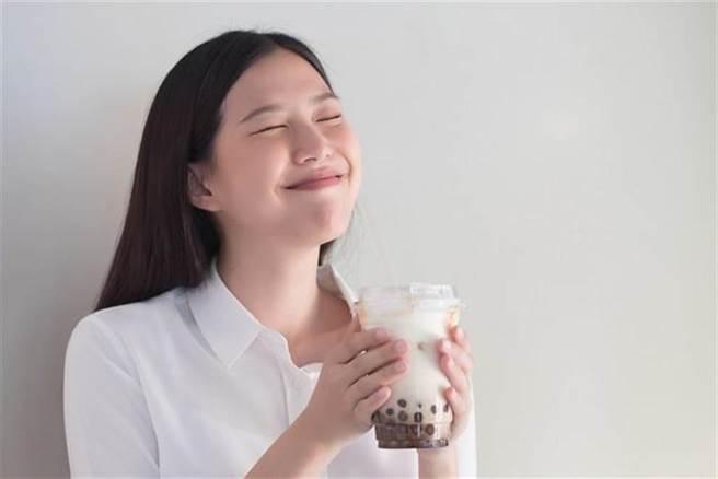 來杯手搖飲是許多人的小確幸,常見的配料像是珍珠、粉粿、椰果都是甚麼做的? 熱量比一比。(示意圖/Shutterstock)
