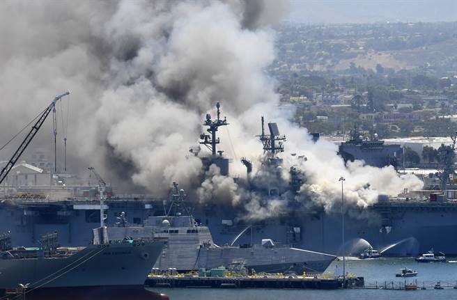停泊在聖地牙哥海軍基地的美國兩棲攻擊艦「好人理查」號(USS Bonhomme Richard,LHD-6)2020年7月12日遭縱火,冒出陣陣濃煙。(美聯社)