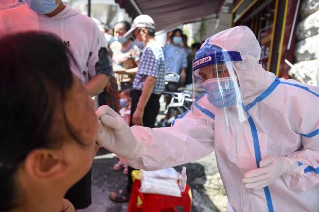 北京市疫情防控領導小組5日在市新型冠狀病毒肺炎疫情防控工作新聞發布會通報,對高風險地區進入(返回)北京人員一律實施14天集中觀察和7天健康監測。(中新社)