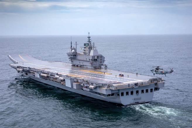 建造了12年的印度首艘國產航母維克蘭特號終於首次出港海試,印度媒體為之沸騰,自稱已進入自製航母的精英俱樂部。(圖/印度國防部)