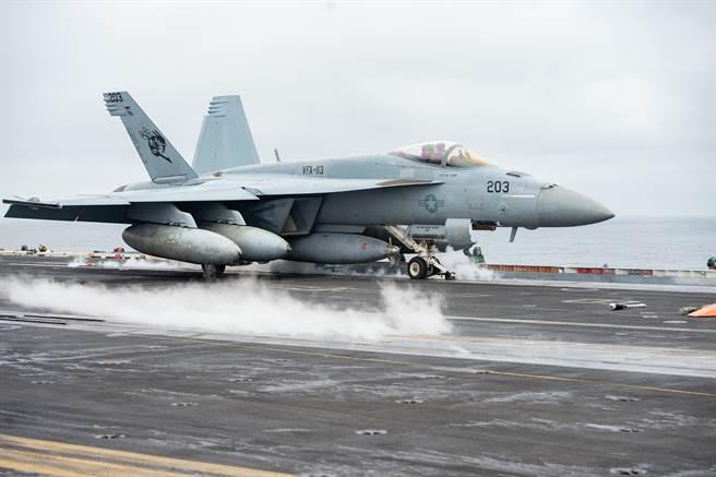 美國海軍認為,現在開始增購的F/A-18E/F,將無法在服役後期對因應俄中威脅做出貢獻。圖為美海軍F/A-18E。(圖/美國海軍)