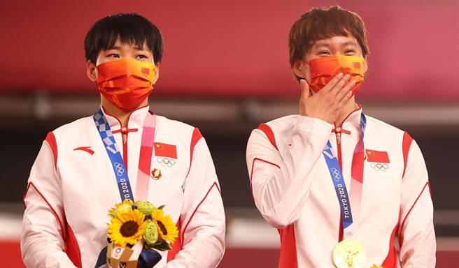 大陸自由車選手鮑珊菊和鍾天使戴著毛澤東像章登上頒獎臺,被指違反奧林匹克憲章,卻受到大陸網友普遍讚揚。(圖/路透)