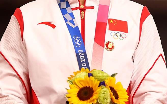 大陸《央視》體育頻道在重播鮑珊菊和鍾天使頒獎畫面中把2名選手身上的毛澤東像章抹除,被批評「怕事」上身,選擇在新聞報導和輿論工作中「儘可能不作為」。圖為大陸選手衣服上毛澤東像章近照。(圖/路透)