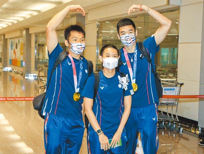 勇奪1金1銀、締造奧運最佳參賽成績的中華羽球隊,昨天風光返國。李洋(左起)、戴資穎、王齊麟返抵國門開心合影。(陳麒全攝)
