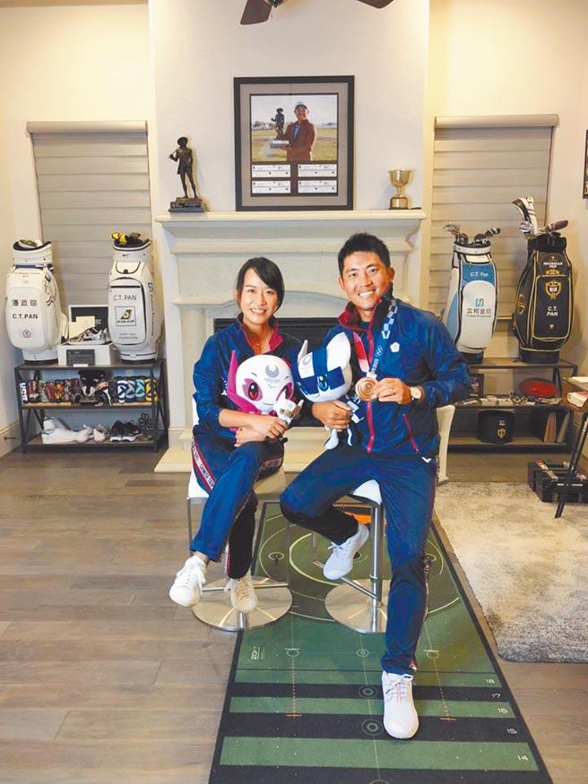 潘政琮(右)與愛妻林盈君一同接受越洋視訊訪問,暢談東京奧運逆轉勝的過程。(悍創運動行銷提供)