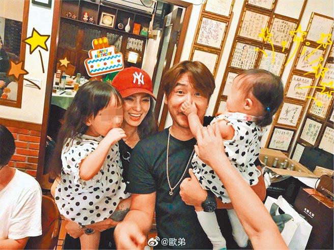 歐漢聲(右)和鄭雲燦育有2個女兒。(摘自微博)