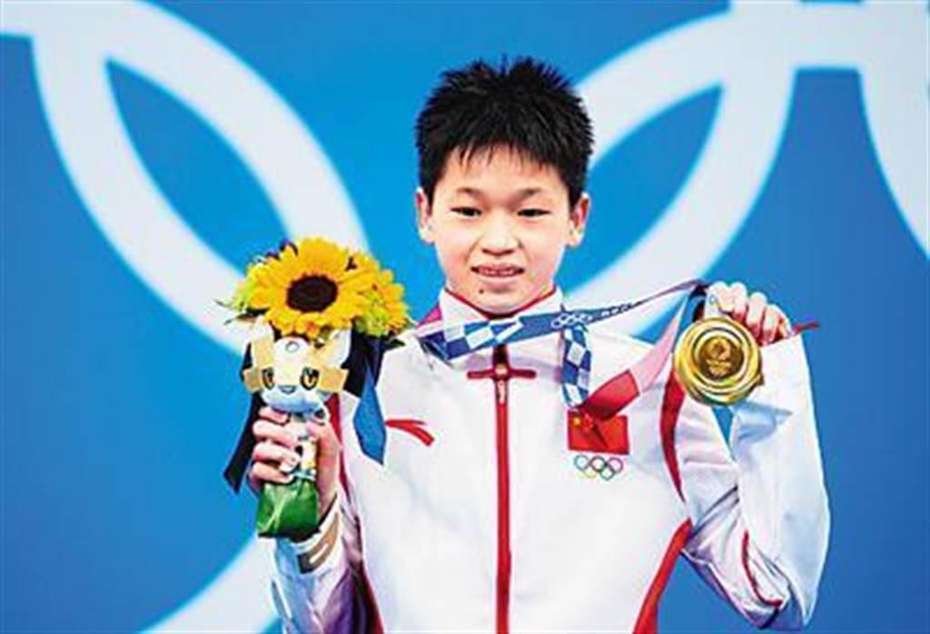 8月5日,東奧跳水女子10公尺跳台決賽中,年僅14歲的全紅蟬奪得金牌。(新華社)