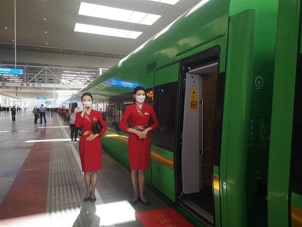 一列復興號動車組準備從拉薩站發車,列車服務員在車門口迎賓。(人民網)