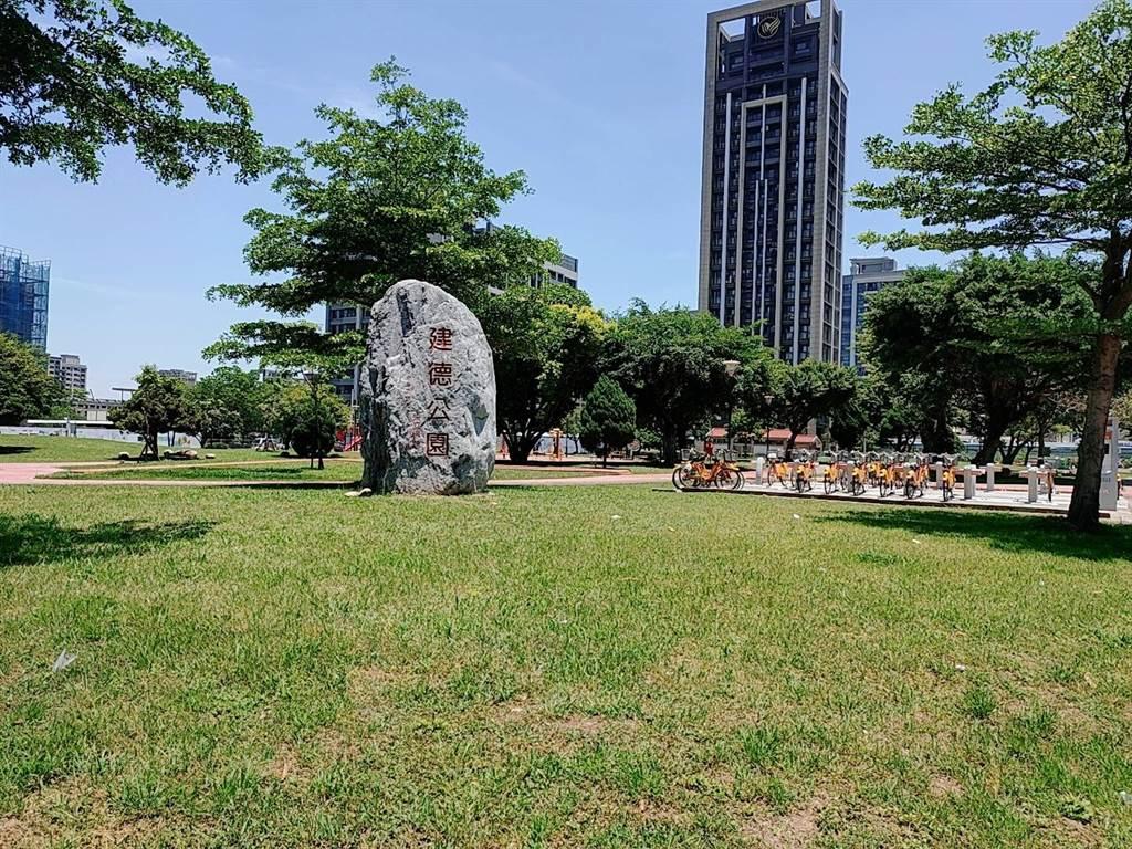 麗寶FIKA鄰近建德公園,寬闊的綠地面積是民眾休憩場所。(圖/中時新聞網攝)