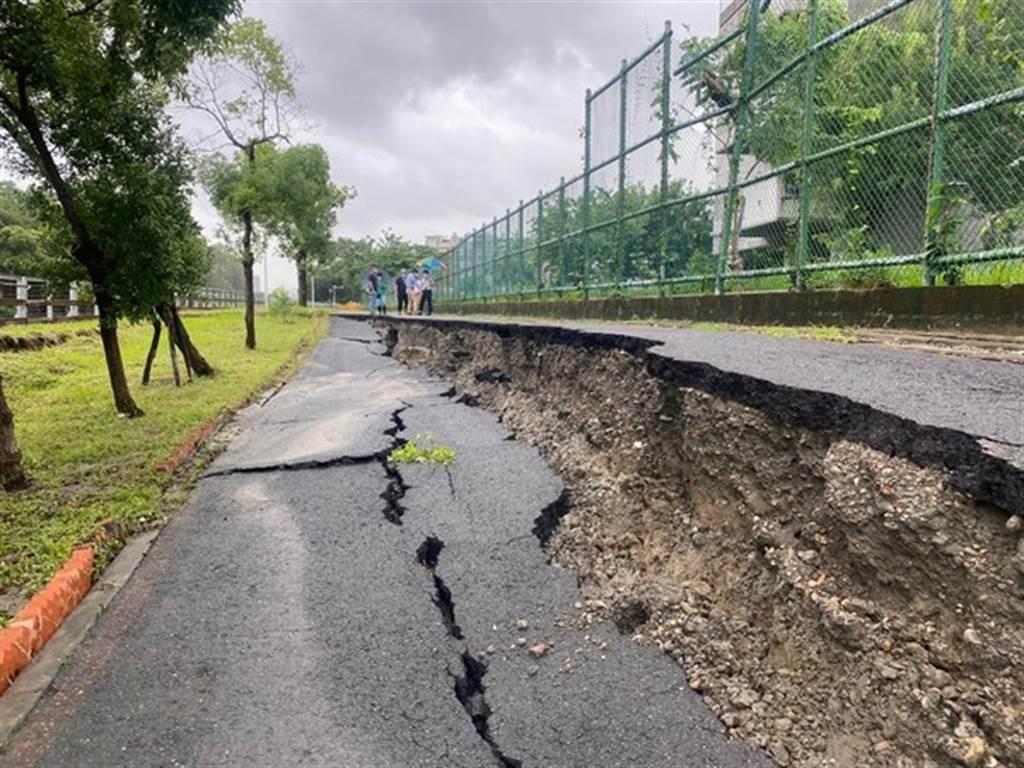 高雄市鳳山區中崙國中後方,今6日早晨出現路面長達近80公尺崩塌裂痕。(圖/市議員李雅靜提供)