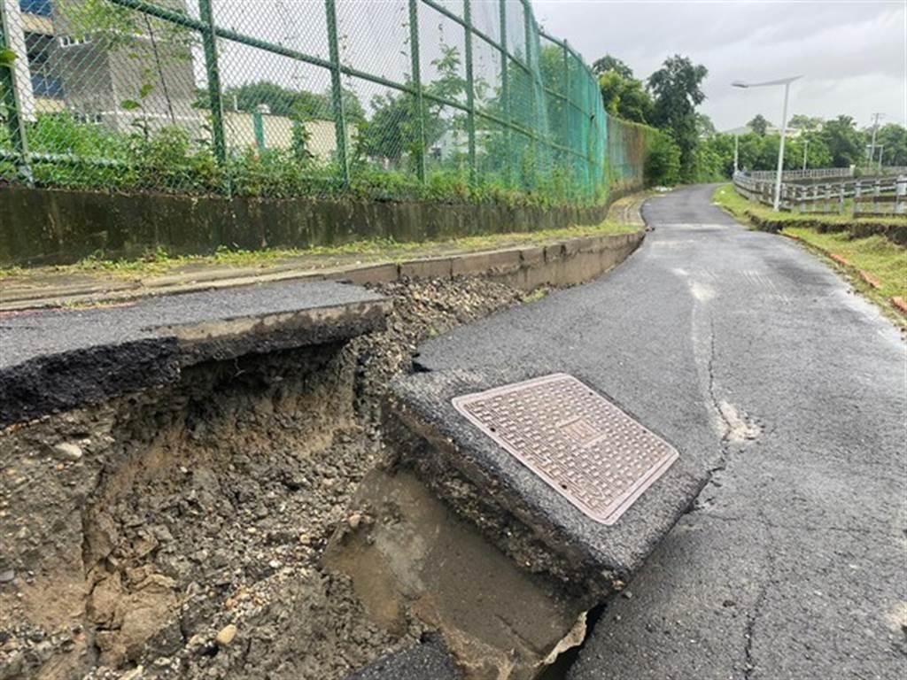 中崙國中後方路面出現一道約80米裂痕,底下嚴重被掏空,水溝蓋也歪一邊。(圖/市議員李雅靜提供)