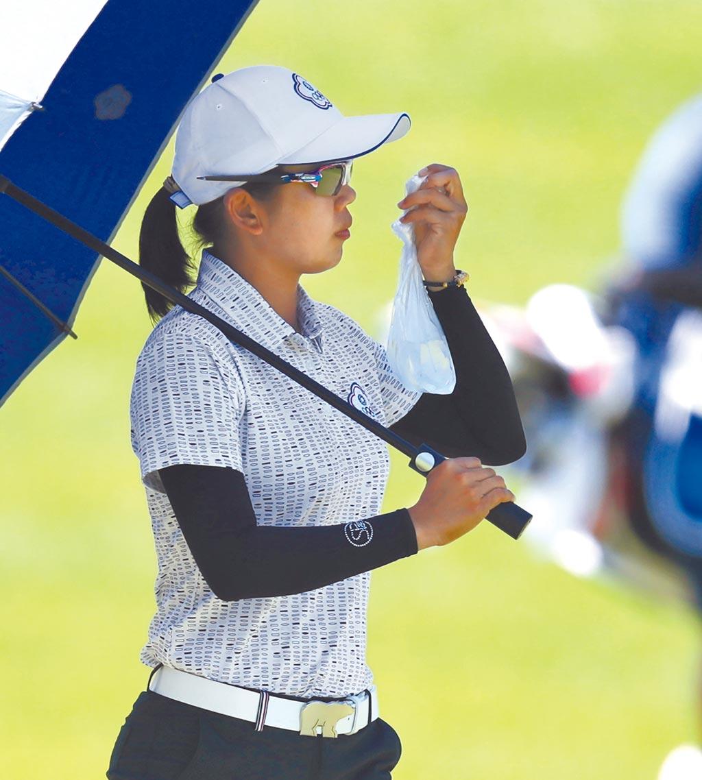 東京奧運女子高爾夫5日進行第二回合的賽程,中華隊徐薇淩打出低於標準桿2桿的成績,總桿數138桿暫時並列第10,因為天氣炎熱,她不時拿出冰袋為自己的手腕降溫。(季志翔攝)