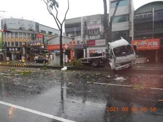 疑天雨路滑 烏日貨櫃車自撞分隔島車頭全毀