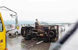 雨彈狂炸打水漂 國道三號和美段小貨車打滑翻覆