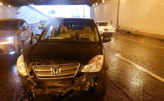 小心天雨路滑 74線中清地下道汽車疑失控撞護欄