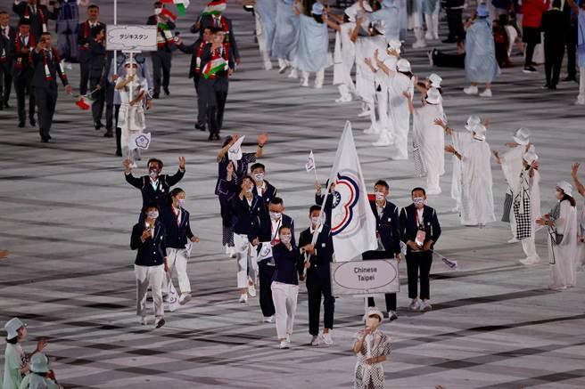 近幾十年來,來自台灣的奧運代表隊從未像這屆東奧在名稱上引起這麼多的討論。圖為中華台北代表隊在東奧的開幕式入場。(圖/路透)