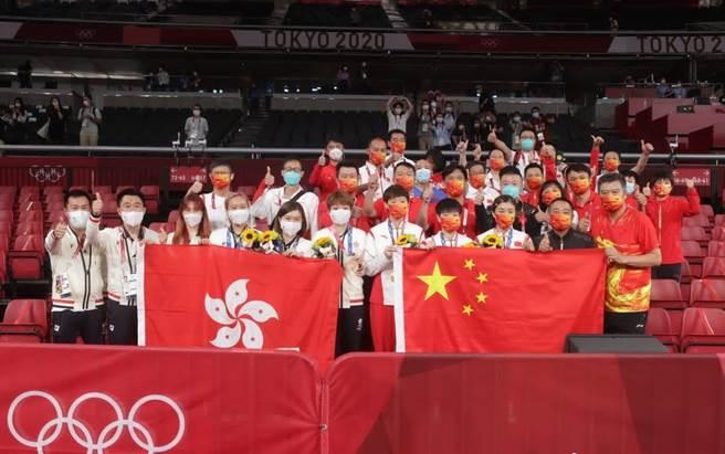 東京奧運桌球賽場上,來自香港的隊伍首次在國際賽事中同時展示中國國旗與香港特區旗幟。(圖/推特@MorningGBA)
