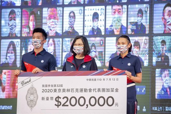 總統蔡英文(中)與中華台北代表隊奧運選手合影。(圖/取自蔡英文臉書)
