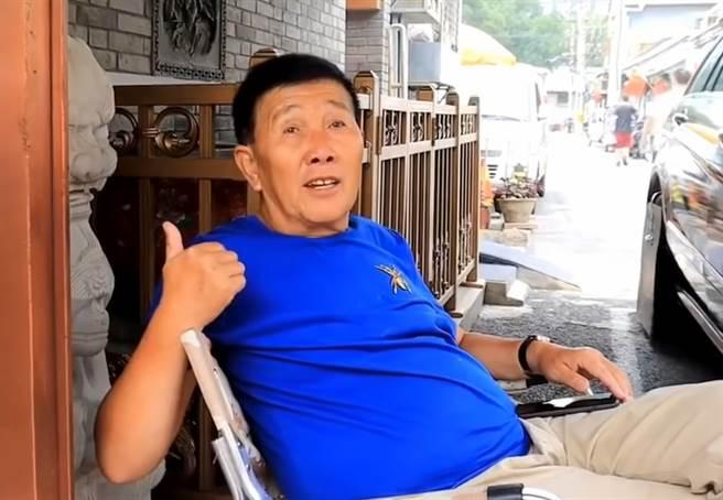 北京大叔的8坪小屋外觀看似質樸簡單,裡頭的豪奢收藏讓見慣大場面的網紅也讚嘆連連。(圖/翻攝自影片)
