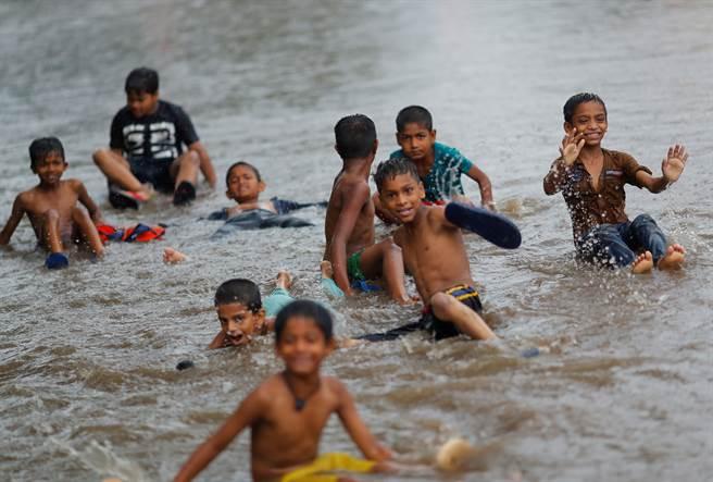 隨著疫情趨緩,印度民眾防疫鬆懈並開始各項活動,導致確診人數再次攀升,更有爆發第三波疫情的隱憂。(圖/路透社)