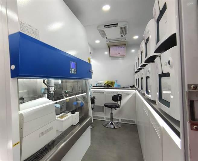 核酸檢測車內配備多項「高科技裝備」,可為檢測提速。(長江日報)