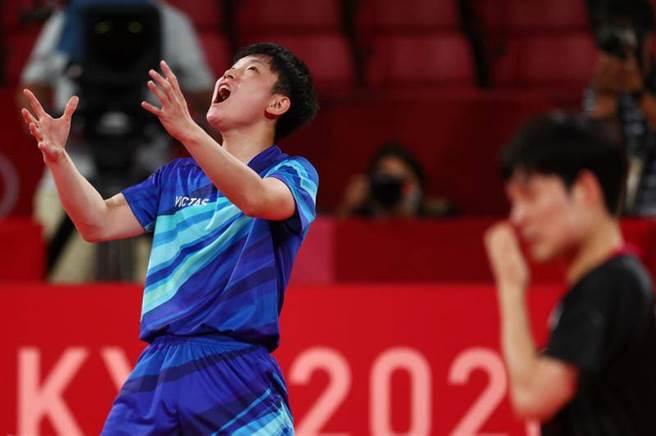 日本隊張本智和(左)仰天長嘯,慶祝擊敗韓國隊張禹珍。(路透)