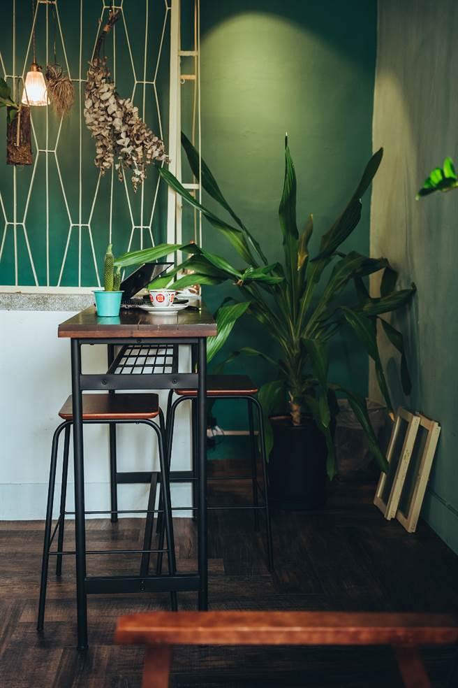 蘇益賢建議,在家中闢出工作專屬空間,可讓WFH 更有效率。(攝影/張晋瑞)