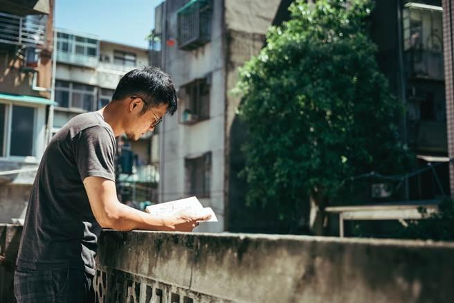 居家工作仍要為自己安排休息時間,在陽台看書、看風景是不錯的選擇。(攝影/張晋瑞)
