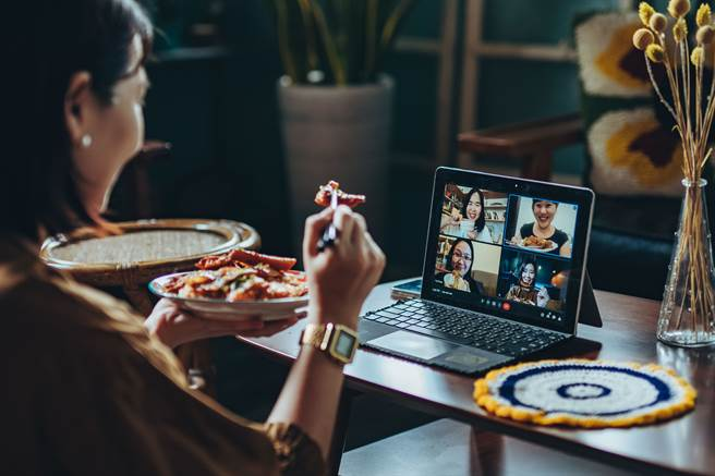 透過「視訊聚餐」維持與他人的互動,舒緩WFH 的孤單感。(攝影/張晋瑞)