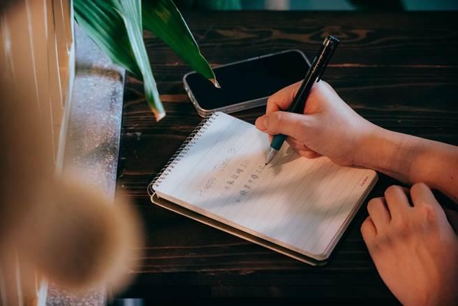平時不妨準備一本「快樂筆記本」,用來寫下能讓自己開心的事,成為舒緩心情的好幫手。(攝影/張晋瑞)