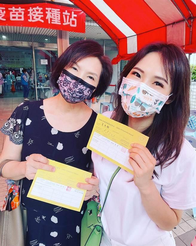 吳申梅(右)和媽媽同日接種新冠肺炎疫苗。(音圓唱片提供)
