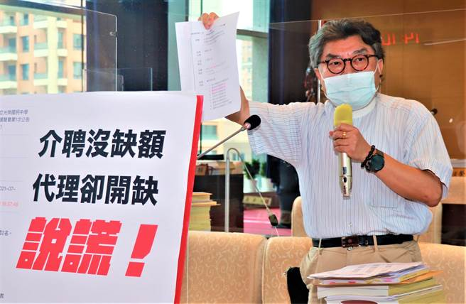 台中市議員李中6日抨擊,一名國中老師依規 定請調,卻遭教評會不當施壓,霸凌惡質行徑要求教育局徹查。(盧金足攝)