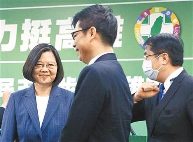 圖為民進黨6月時蔡英文總統與與台南市長黃偉哲(右)與陳其邁合影。(本報資料照片)