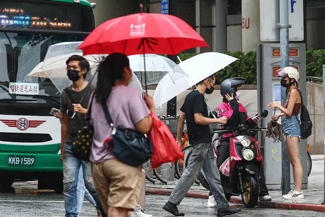 受到盧碧颱風外圍環流影響,中央氣象局針對中南部10縣市發布豪雨、大雨特報,未來幾天雨勢不能輕忽。6日北部地區飄著間歇性的雨勢,出外的民眾有些撐傘,有些未帶傘。(鄧博仁攝)