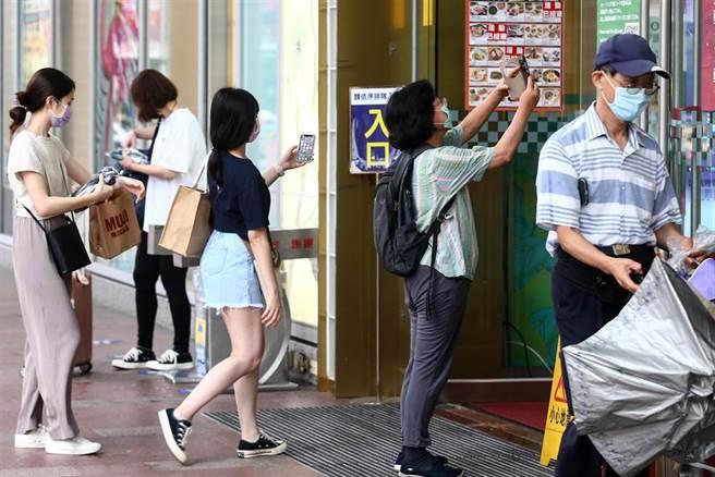 輕度颱風盧碧登陸大陸廣東,然而外圍環流仍為台灣帶來豐沛水氣,中央氣象局針對10縣市發布豪大雨特報。6日北部雖下起間歇性雨勢,仍有不少民眾外出到百貨公司逛街。(鄧博仁攝)