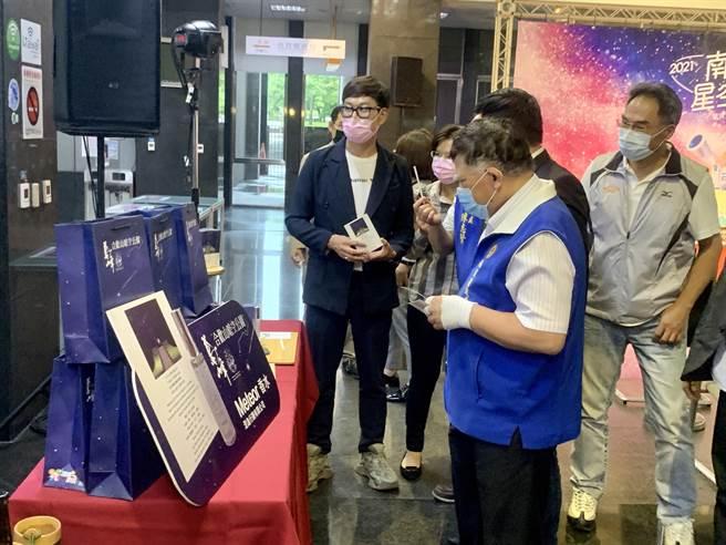 南投縣副縣長陳正昇(左二),參觀星空香水新產品。(廖志晃攝)