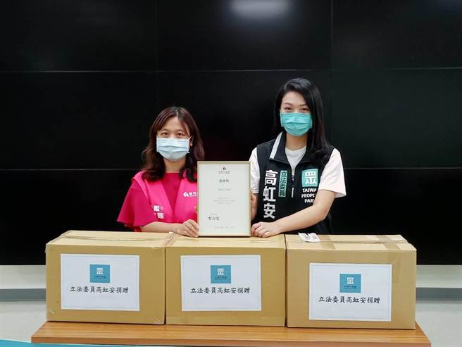民眾黨立委高虹安(右)送上1萬2000支1 c.c.注射針筒給新竹市衛生局。(邱立雅攝)