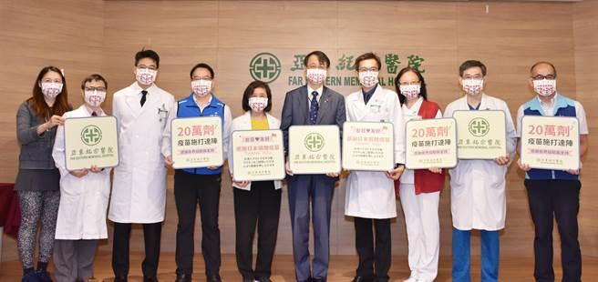 亞東醫院今(6日)宣布施打新冠疫苗人次已超過20萬劑,同時舉辦感恩典禮感謝日本捐贈台灣超過300萬劑疫苗。(亞東醫院提供)