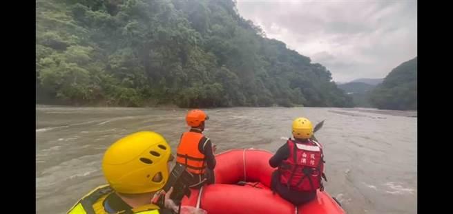 仁愛鄉德魯灣溪發生溺水意外,消防人員在湍急溪流中搜救。(南投縣消防局提供/廖志晃南投傳真)