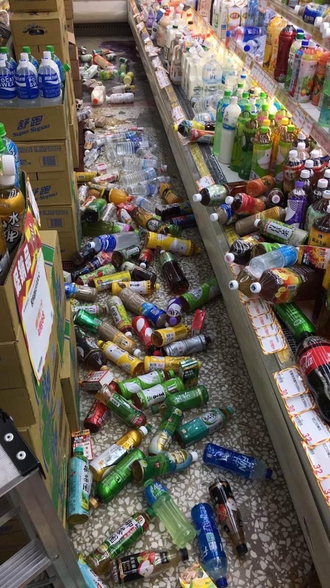震央所在的富里鄉,超商貨架上的商品掉落一地。(民眾提供/王志偉花蓮傳真)