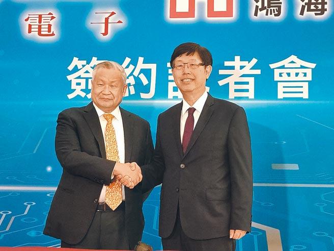 鴻海董事長劉揚偉(右)與旺宏董事長吳敏求昨日出席簽約記者會,連袂見證鴻海買下旺宏6吋廠。圖/鄭淑芳