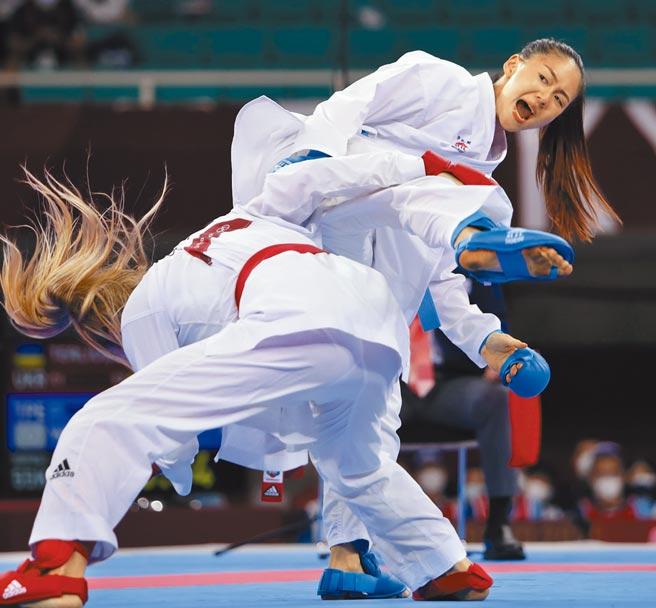 東京奧運空手道女子55公斤級,中華隊文姿云使出「蠍子擺尾」,在最後1秒扳成4平,時間終了遭裁定落敗,獲得銅牌。(季志翔攝)