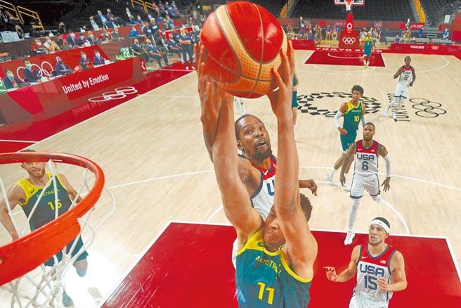 美國男籃準決賽逆轉澳洲,杜蘭特(上)摘下全場最高23分。(路透)