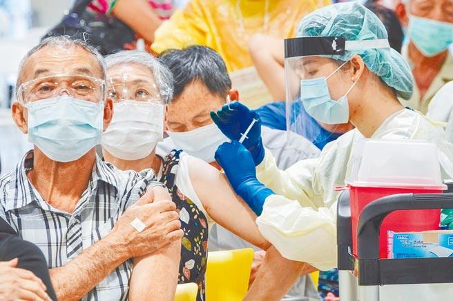 台灣民眾打疫苗選項又多了一處!帛琉旅遊泡泡準備回歸,帛琉觀光局證實,在旅遊為主、疫苗為輔的前提下,備好輝瑞、嬌生、莫德納3種疫苗供旅客選擇,也將開放自由行。圖為民眾在台北花博公園接種疫苗的畫面。(黃子明攝)