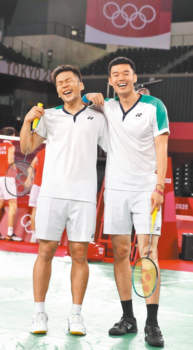 中華隊王齊麟(右)與李洋(左)拿下台灣羽球史上首面金牌。(季志翔攝)