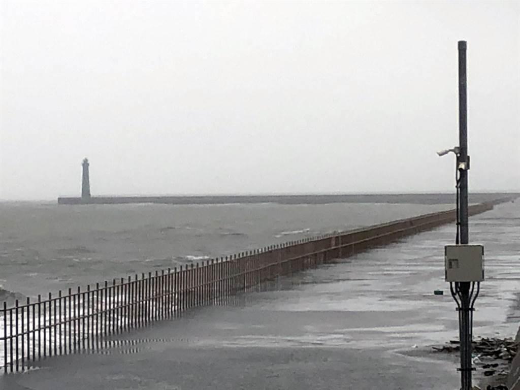 強風吹襲撞及堤防鐵欄杆,安平商港晨跑民眾1死1傷