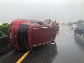 豪雨狂炸失控!國1彰化段轎車自撞護欄翻90度 女駕駛送醫