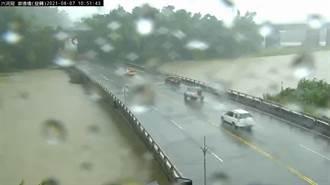 高雄溪水暴漲快淹過橋面 網一看嚇壞:還不封橋嗎