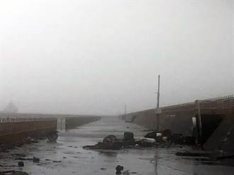 2男安平商港晨跑遭瘋狗浪打中 猛撞堤防鐵欄杆1死1傷