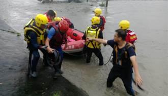 屏東農民遇溪水暴漲想先救狗 警消到場剩「頭在水上」